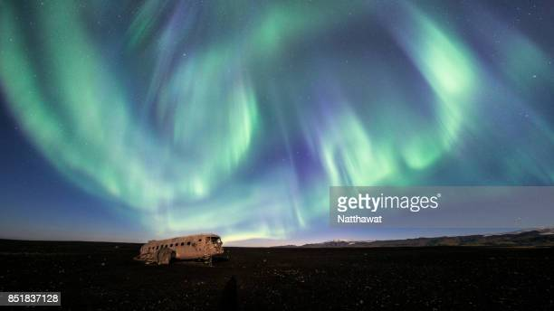 aurora borealis (northern lights) over douglas dc-3 plane wreckage - 2017年 ストックフォトと画像