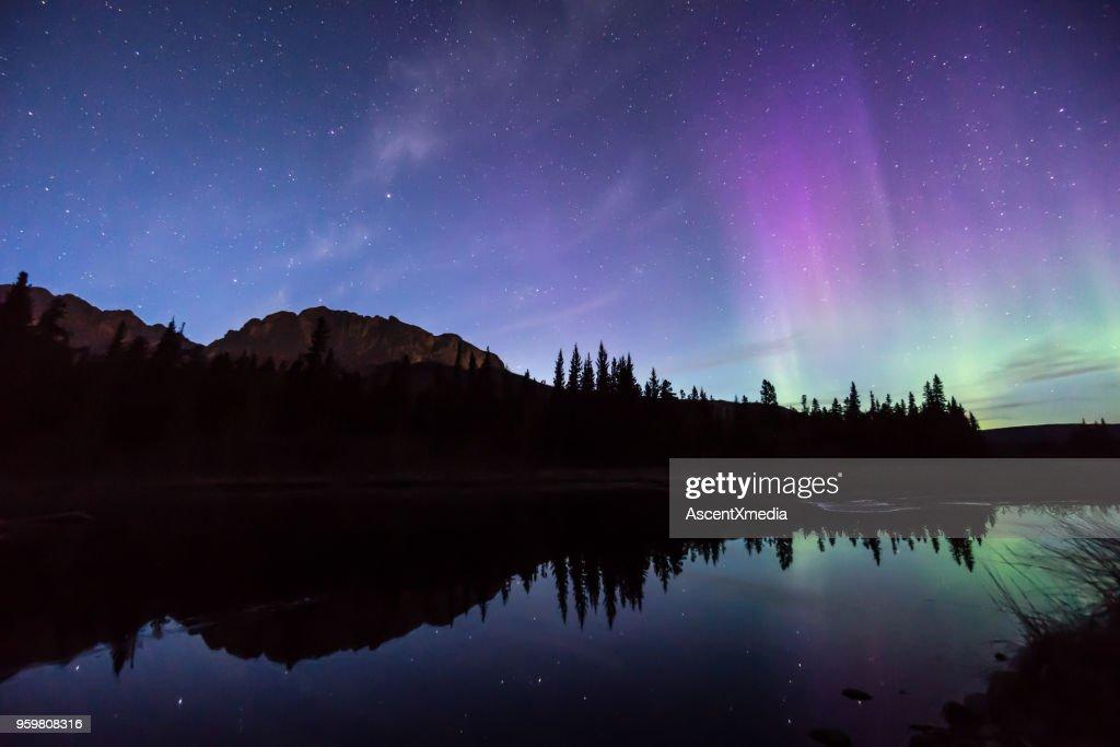 Aurora Borealis (Nordlicht) reflektieren im Bergsee : Stock-Foto