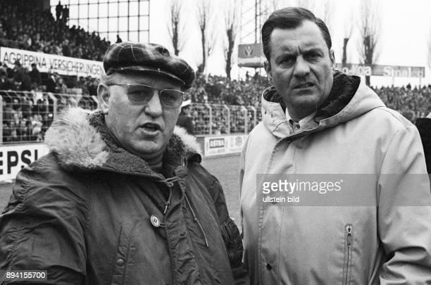 Aus 1 BL Eintracht Braunschweig gegen Hertha BSC 21 am 13 03 1971 Hertha Trainer Helmut Kronsbein li und BS Trainer Otto Knefler vorm Spiel
