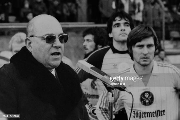 Aus 1 BL Saison 1983/1984 Eintracht Braunschweig gegen Kickers Offenbach 44 Im Foto Kurze Ansprache von BS Präs Günter Mast vorm Spiel re Kpt Ronald...