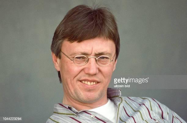 Aus 2 BL in der Saison 19891990 Eintracht Braunschweig gegen RotWeiß Essen 11 RWE Trainer HansWerner Moors