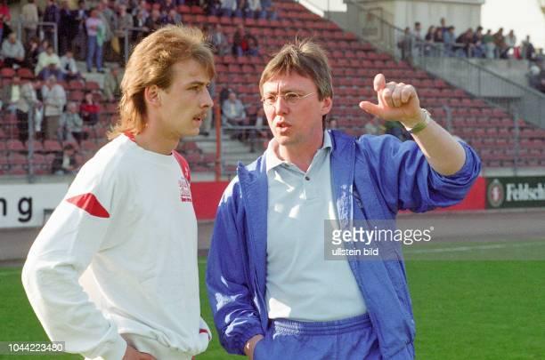 Aus 2 BL in der Saison 19891990 Eintracht Braunschweig gegen RotWeiß Essen 11 RWE Trainer HansWerner Moors gibt letzten Anweisung an Mario Basler