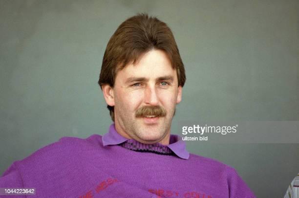 Aus 2 BL in der Saison 19891990 Eintracht Braunschweig gegen RotWeiß Essen 11 BS Trainer Uwe Reinders