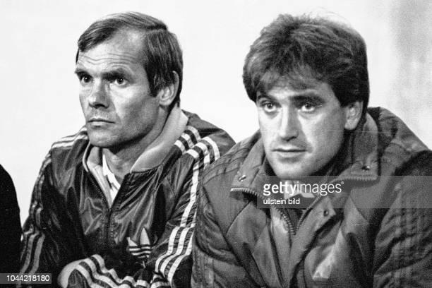 Aus 2 BL Saison 1985/1986 Eintracht Braunschweig gegen Alemania Aachen 02 Im Foto Trainerbank von Alemania Aachen mit Trainer Werner Fuchs re und...