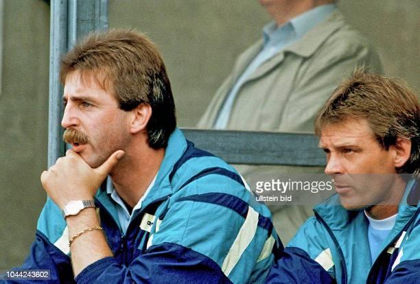 Aus 2 BL Saison 1988/1989 Eintracht Braunschweig gegen Fortuna Düsseldorf 00 Im Foto BS Trainer Uwe Reinders li und Co Train Rainer Zobel