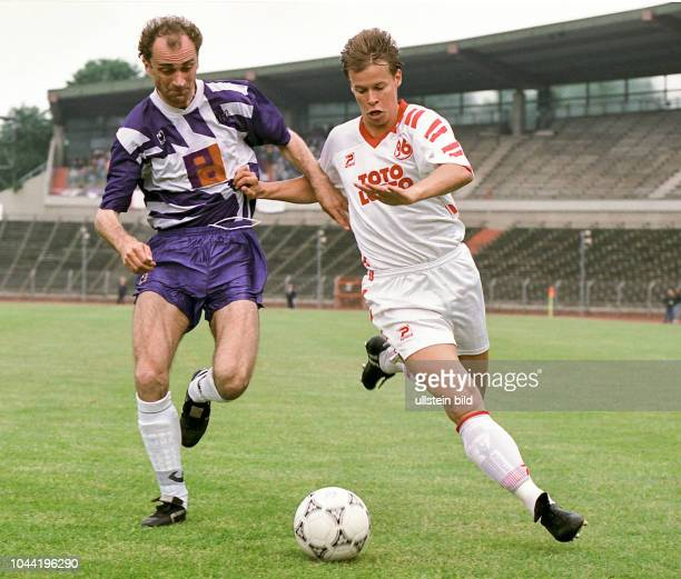 Aus 2 BL Saison 1992/1993 Hannover 96 gegen VfL Osnabrück 21 Im Foto Martin Groth re von Han96 gegen VfL OS Spieler Jerzy Wijas