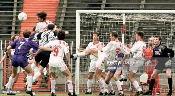 Aus 2 BL Saison 1992/1993 Hannover 96 gegen VfL Osnabrück 21 Im Foto Jochen Heisig von Han96 klärt vor eigenem Tor von Jörg Sievers in letzter...