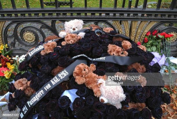 Aus Anlass des Airbus A321Absturzes Flugnr KGL 9268 am bei dem 224 Passagiere darunter 27 Kinder ums Leben kamen liegen vor der Russischen Botschaft...