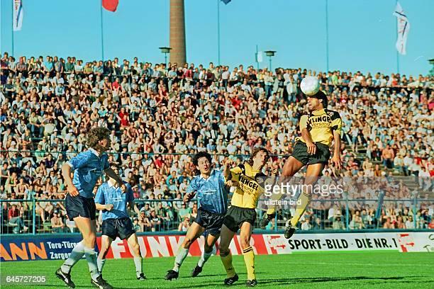 Aus DDR Oberliga Punktspiel in der Saison 19891990 zwischen 1 FC Magdeburg und SG Dynamo Dresden 11 Am Ball Ulf Kirsten