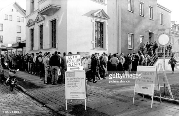 """Aus der berüchtigtne """"sozialistischen Wartegemeinschaft"""" vor Läden aller Art in der ehemaligen DDR wurde in den Monaten nach der Wende und der..."""