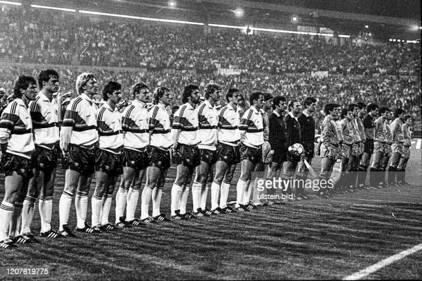 Aus DFB Länderspiel Deutschland gegen Spanien 2:2 im Niedersachsenstadion in Hannover. Im Foto: DFB und Spanische Mannschaft mit TW Harald Schumacher