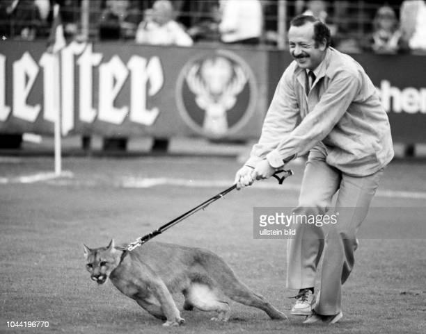 Aus DFB Pokal 1979/1980 1 Runde VfL Osnabrück gegen RotWeiß Lüdenscheid 32 nV Im Foto VfL Mäzen und Präsident Hartwig Piepenbrock mit einem Puma zur...