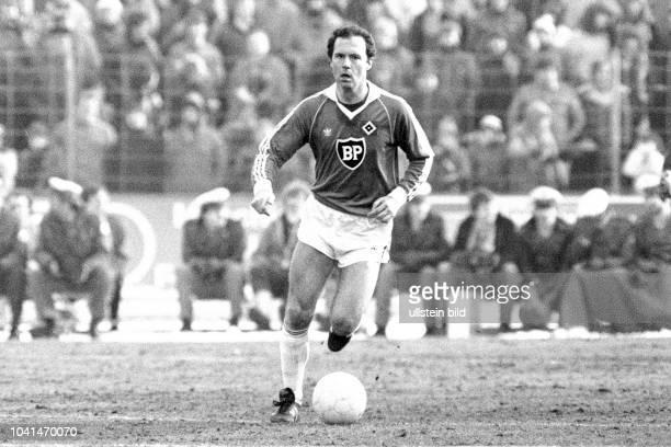 Aus DFB Pokal 1980/1981 Viertelfinale zwischen Eintracht Braunschweig und dem HSV Hamburg 43 nV im Eintrachtstadion Im Foto HSV Spieler Franz...