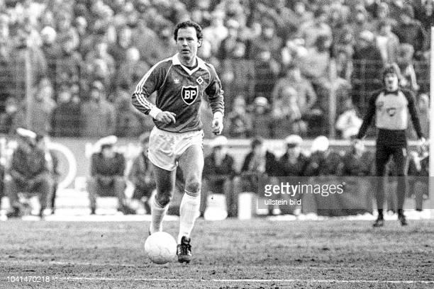Aus DFB Pokal 1980/1981 Viertelfinale zwischen Eintracht Braunschweig und dem HSV Hamburg 43 nV im Eintrachtstadion Im Foto Am Ball HSV Spieler Franz...