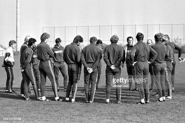 Aus DFB Trainingslager Deutschland gegen Spanien in Barsinghausen Im Foto DFB Trainer Franz Beckenbauer mit Spieler