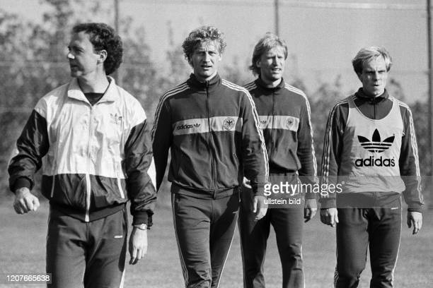 Aus DFB Trainingslager Deutschland gegen Spanien in Barsinghausen. Im Foto: DFB Trainer Franz Beckenbauer mit Spieler