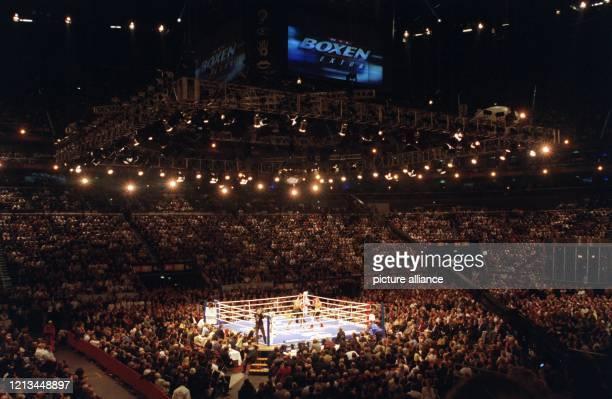 Aus einiger Entfernung ist auf dem Bild der EM-Kampf zwischen den Schwergewichtsboxern Wladimir Klitschko und Axel Schulz in der mit 18 000...
