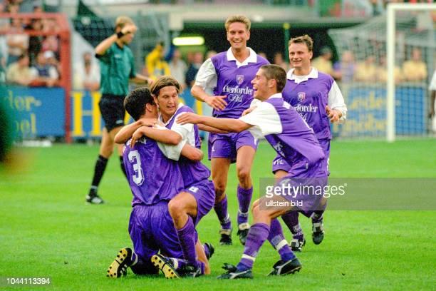 Aus Reg.-Liga Nord Saison 1997/1998 VfL Osnabrück gegen Hannover 96 2:2 . Im Foto: Torjubel bei OS Spieler v.li. Mit Greg Schwager und Martin...