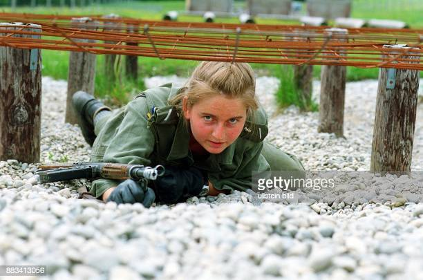 Ausbildung Überwinden der Hindernisbahn Ein weiblicher Soldat auf der Hindernisbahn Gleiten unter einem Hindernis Bewegungsart
