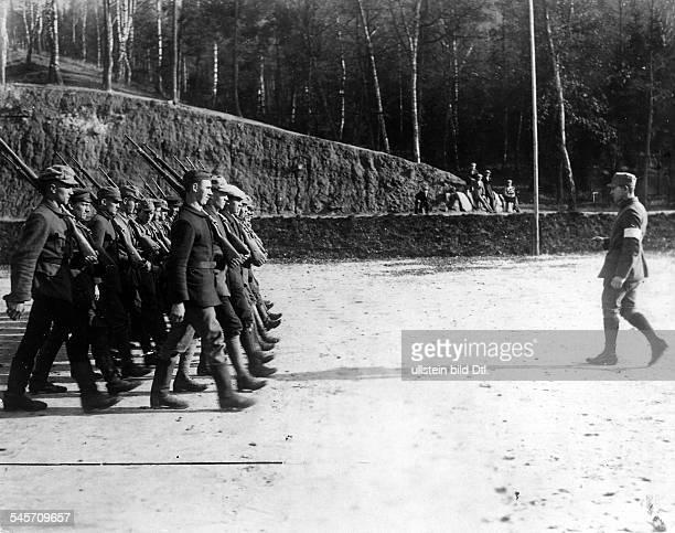 """Ausbildung neu angeworbener Freikorpsmitglieder in Neustadt bei Coburg zum """"Marsch auf Berlin""""- ca. Oktober 1923"""