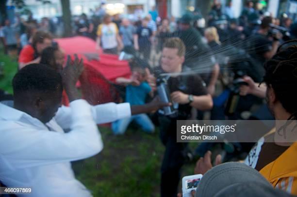 CONTENT] Auseinandersetzung am Fluechtlingscamp auf dem Oranienplatz in BerlinKreuzberg Polizeibeamte verspruehen in Pfefferspray gegen Menschen auf...