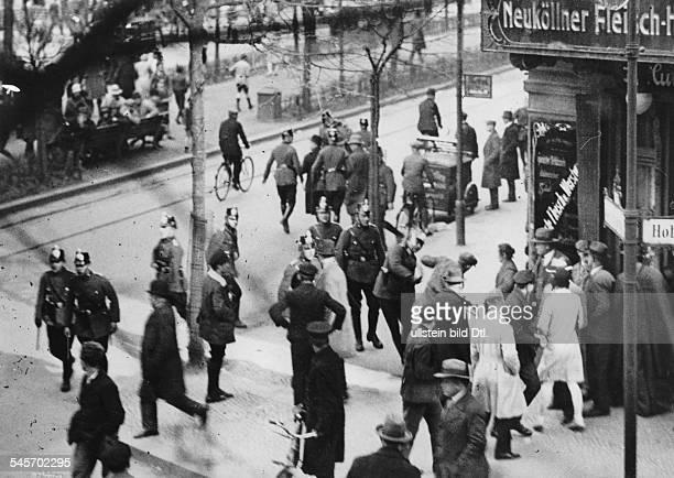 Auseinandersetzung zwischen Polizei und Demonstranten wegen kommunistischer Maidemonstrationen die trotz eines allgemeinen Demonstrationsverbotes...