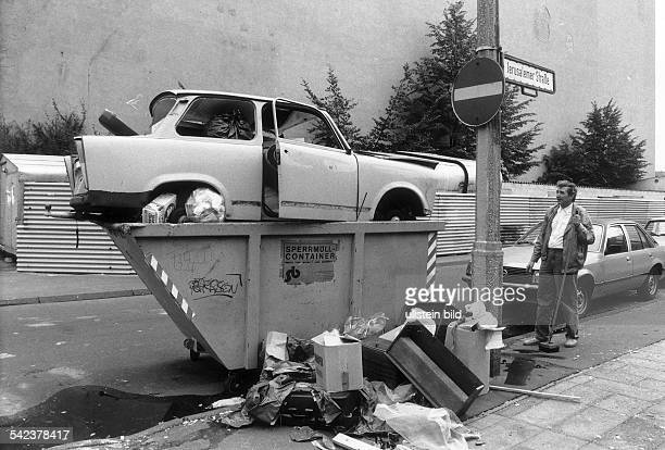 Ausgedienter `Trabant' in einemSperrmüllContainer in Berlin 1990
