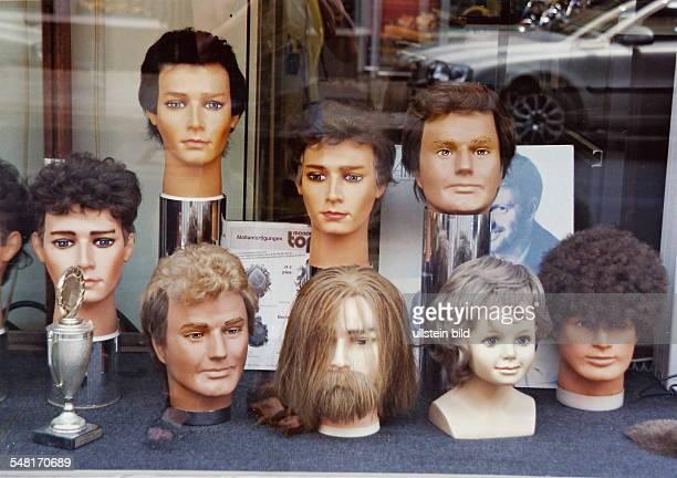 Auslage von Perücken bei einem Friseur - Juni 1999