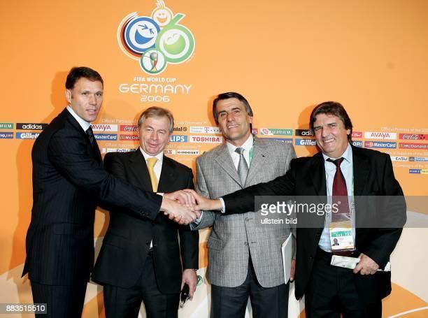 FIFA WM 2006 Auslosung Hauptrunde in Leipzig Gruppe C Trainer Marco van Basten Ilja Petkovic Co Trainer Argentinien Hugo Tocalli und Henri Michel vli