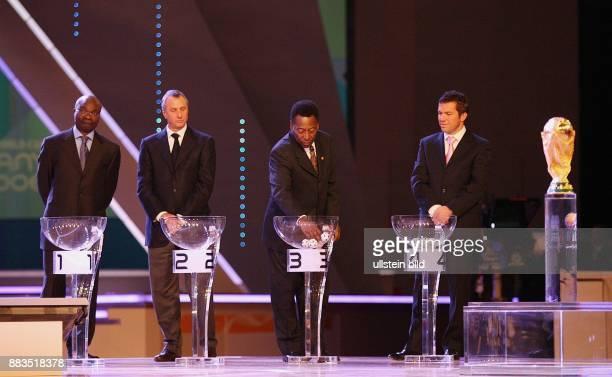FIFA WM 2006 Auslosung Hauptrunde in Leipzig Roger Milla Johann Cryff Pele und Lotar Matthaeus bei der Ziehung