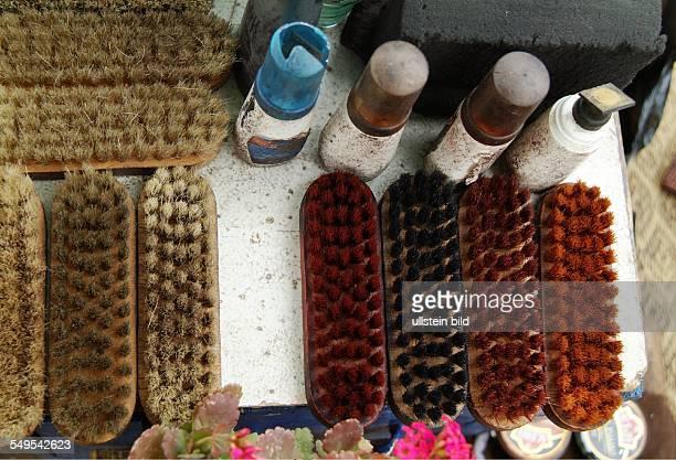 Ausrüstung eines Schuhputzers in der Altstadt von Marrakesch Marokko März 2007 Marrakesch Marokko