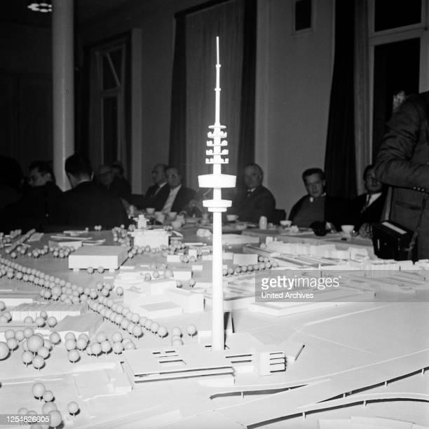 Ausschuß bei der Ideenfindung zur Planung zum Bau des Fernmeldeturms in Hamburg, Deutschland 1960er Jahre.