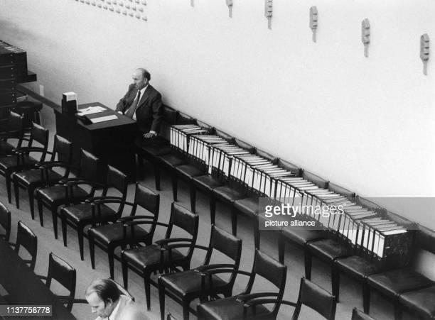 Ausschusssekretär Franz Mayer neben einer langen Reihe von Aktenordnern im Deutschen Bundestag in Bonn am Seit Beginn der Haushaltsdebatte stehen die...