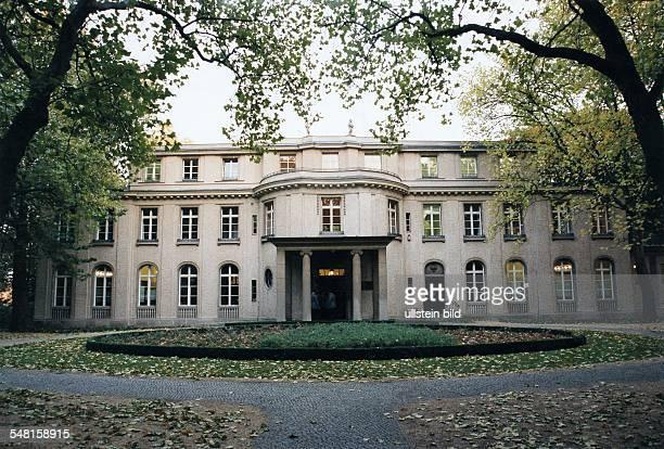 Aussenansicht der Villa am Grossen Wannsee 56-58; 1914/15 für den Fabrikanten Ernst Marlier von Paul O. Baumgarten erbaut; am fand hier unter dem...