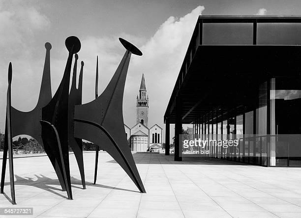 Aussenansicht mit StMatthäiKircheund einer Plastik von Alexander Calder 1973