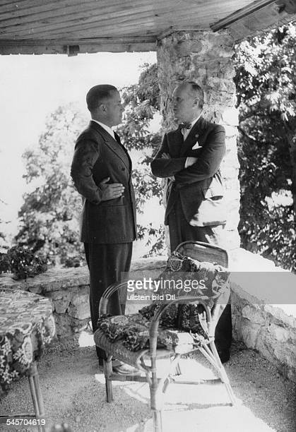 Aussenminister Ciano im Gespräch mit ReichsaussenministerJoachim v Ribbentrop im Park von SchlossFuschl am Fuschlsee