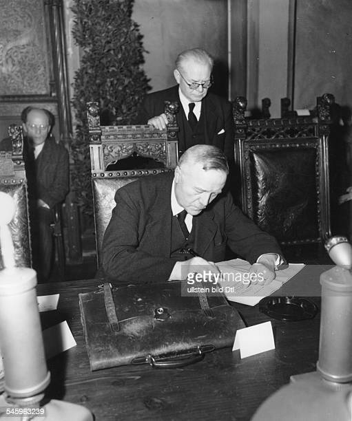 6 ausserordentliche Tagung im MünchenerRathaus Erlass des Gesetzes zur Befreiungvon Nationalsozialismus und MilitarismusUnterzeichnung durch den...