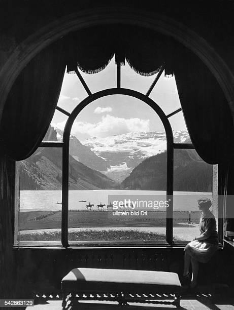 Aussichtsfenster auf den Lake Louise im Hotel Chateau Alberta Britisch Westkanadaveröffentlicht Dame 17/1929 Uhu 2/1931FotoWaler BeneschMiller