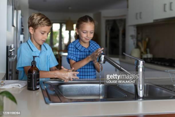 aussie school kids washing their hands - aplanar a curva imagens e fotografias de stock