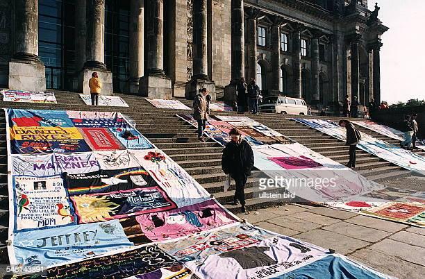Ausstellung von 20 Elementen des 'Aids Memorial Quilt' aus San Francisco auf den Stufen vom Reichstag anläßlich einer Operngala zugunsten der...