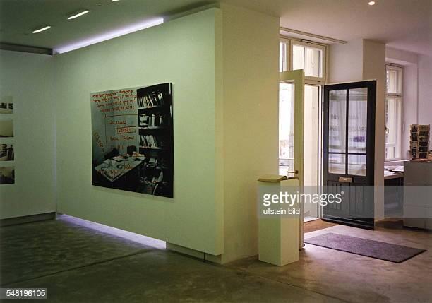 Ausstellungsraum der Galerie Bodo Niemann in den Hackeschen Höfen während einer Ausstellung von Astrid Proll Juli 1999