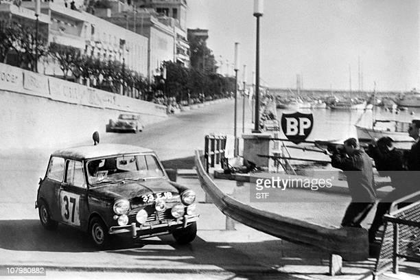 Austin mini n°37 de Patrick Hopkirk et Henry Liddon négocie d'un virage pendant le 33ème Rallye de Monte Carlo, le 24 janvier 1964.Austin Mini n°37...