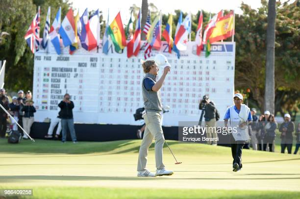 Austin Smotherman of the United States greets the crowd during the final round of the PGA TOUR Latinoamerica 59º Abierto Mexicano de Golf at Club...