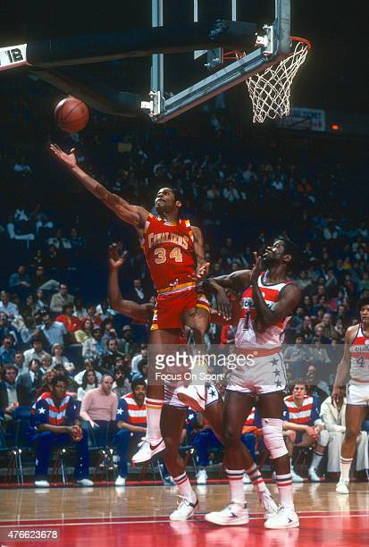Auston Carr of the Cleveland Cavaliers goes up for a layup over Bob Dandridge of the Washington Bullets during an NBA basketball game circa 1977 at...