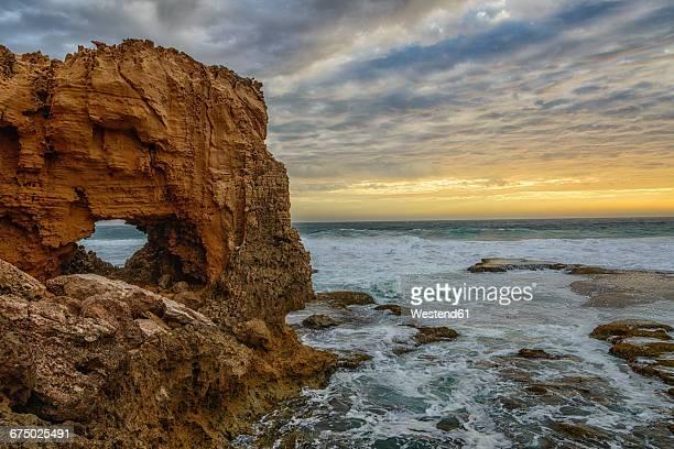 australia, eyre peninsula, port lincoln, natural arch on the beach at sunset - porto lincoln - fotografias e filmes do acervo