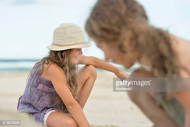 Australia, New South Wales, Pottsville, boy and girl on the beach