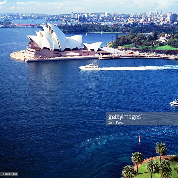australia, new south wales, sydney, ferry passing opera house  - opernhaus stock-fotos und bilder