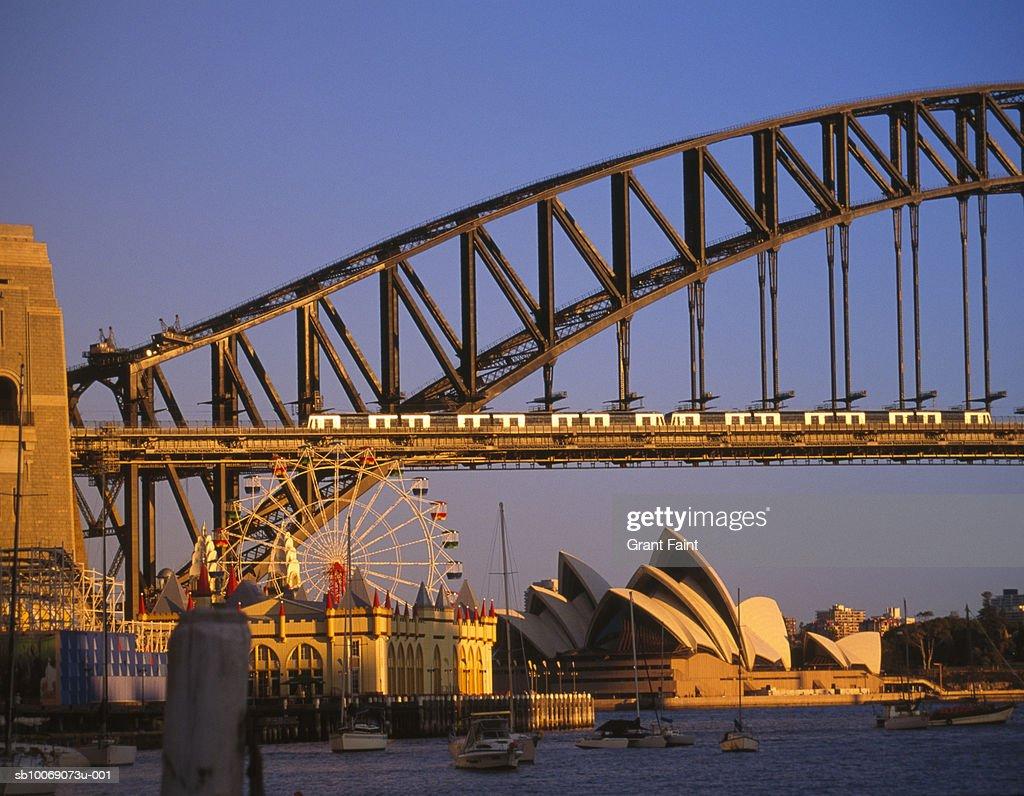 Australia, New South Wales, Sydney, Opera House and Sydney Harbour Bridge at sunset : Stockfoto