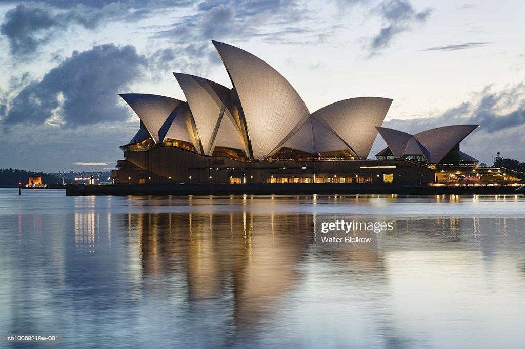 Australia, New South Wales, Sydney, Sydney Opera House at dusk : Stockfoto