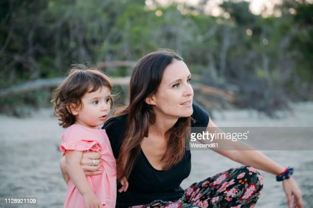 australia, queensland, mackay, cape hillsborough national park, mother and daughter exploring the beach - parque nacional - fotografias e filmes do acervo